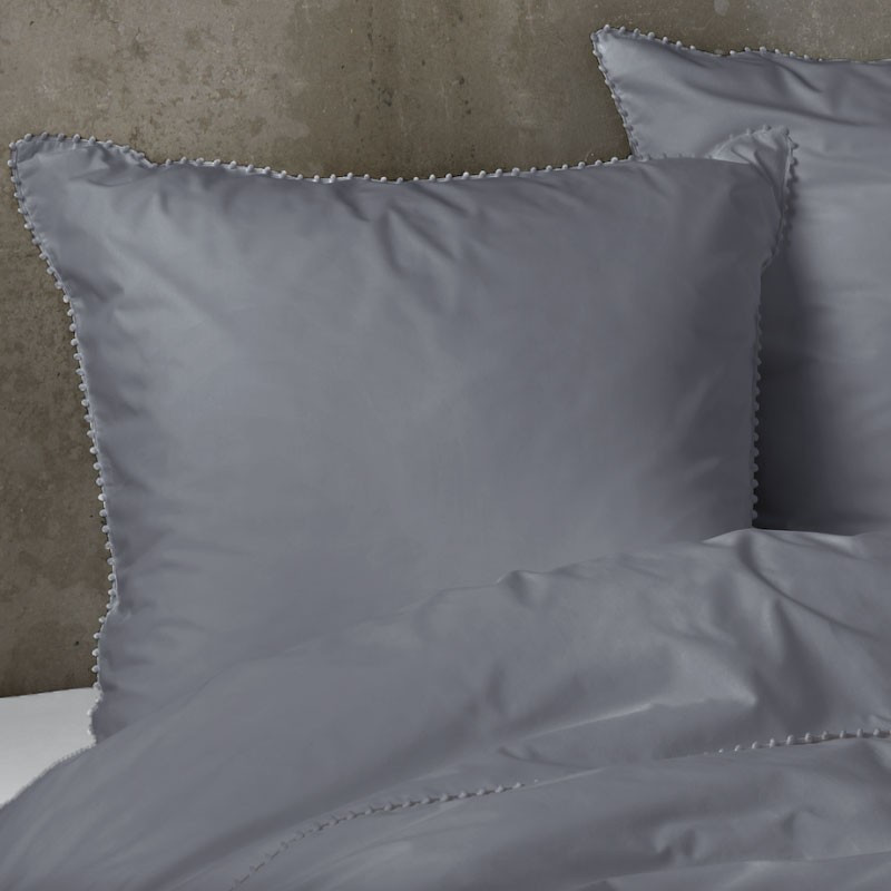 parure de couette percale gris anthracite avec pompons gris. Black Bedroom Furniture Sets. Home Design Ideas