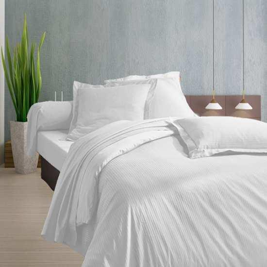 housse de couette 240x260 satin 120 fils cm2 fines rayures blanc la compagnie du blanc. Black Bedroom Furniture Sets. Home Design Ideas