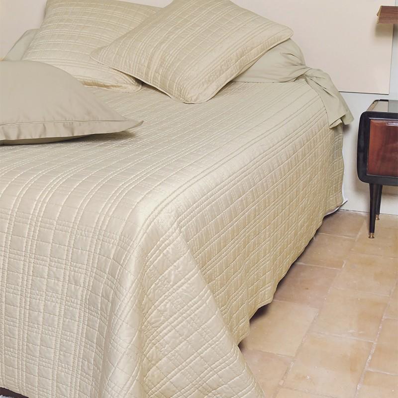 couvre lit satin gris perle. Black Bedroom Furniture Sets. Home Design Ideas